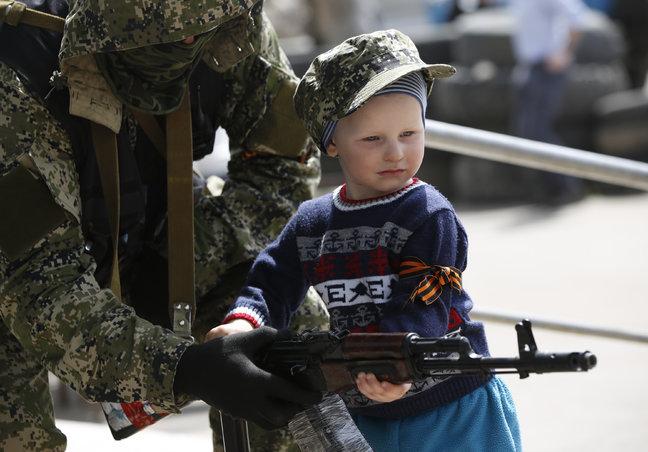 OSCE: a child aged 12-14 armed with Kalashnikov rifle guards terrorists' checkpoint near Makiivka