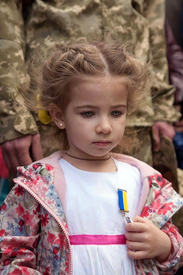Daughter of Ukrainian hero solider received medal «For bravery and courage» of her killed father, who saved 30 men. ( PHOTO )