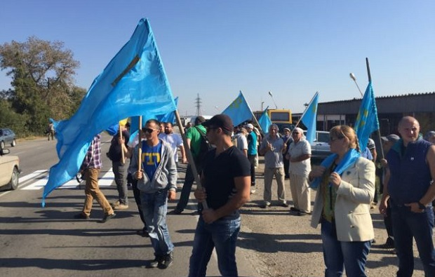 Activists blocking traffic at Kalanchak checkpoint at border with Crimea (video)
