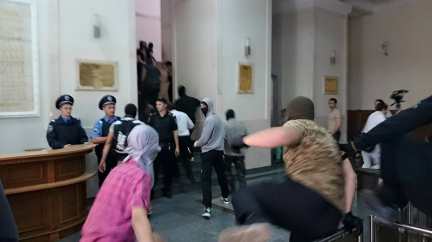 Over 200 men in balaclavas brawl at Kharkiv town hall, clash with police