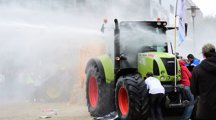 Water cannon in Brussels as protesting farmers use tractors to break police cordon (VIDEO)