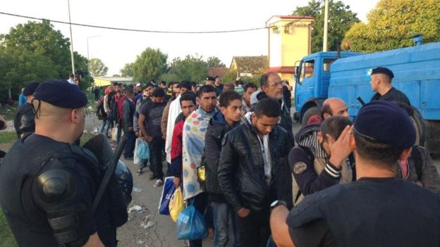 Migrant crisis: Croatia closes border crossings with Serbia