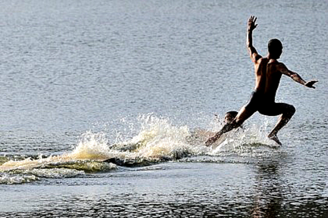 Shaolin monk runs atop water for 125 meters, sets new record (video)