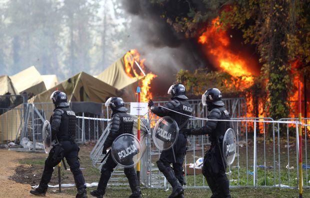 BBC: Migrants 'torch tents' in Slovenia camp