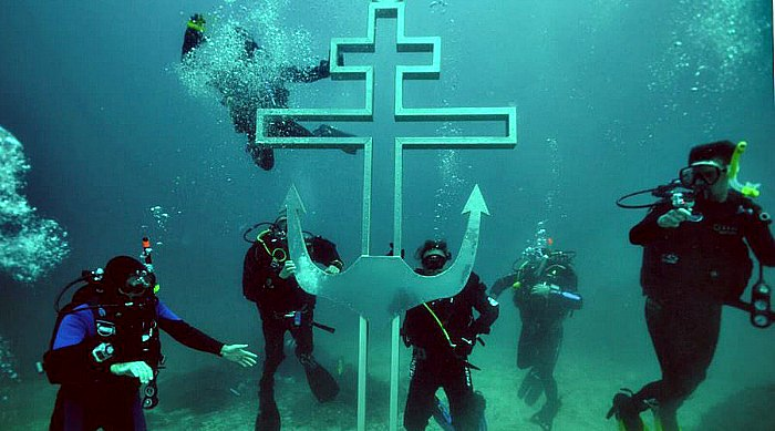 Divers building 'underwater church' in Crimea, cross already in place (video)