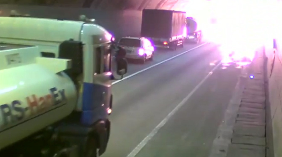 Truck carrying thinner crashes, explodes in tunnel, sets 11 vehicles ablaze (VIDEO)