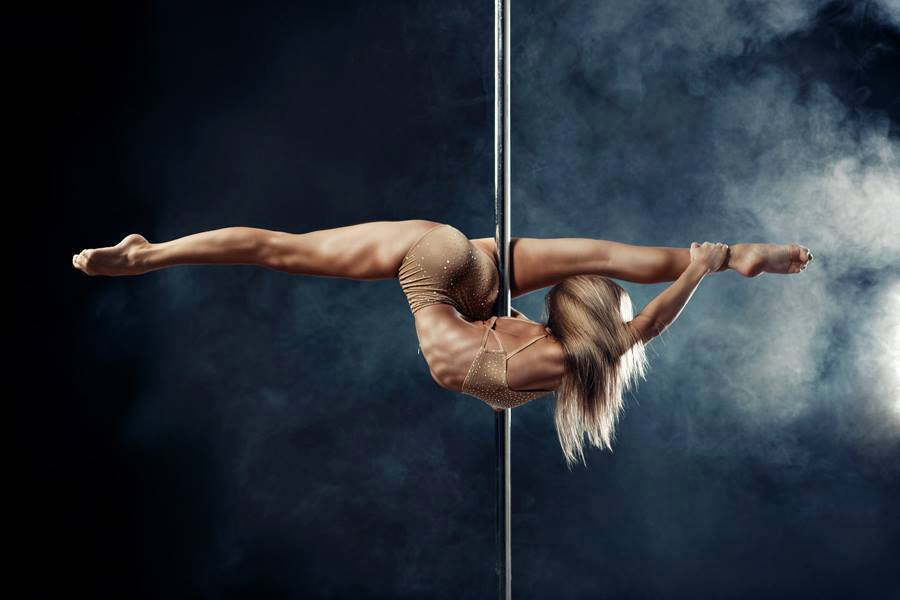 Who is better in pole dance: man or woman? (VIDEO)