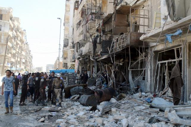 Residents and civil defence members inspect a damaged building after an airstrike on the rebel-held Tariq al-Bab neighbourhood of Aleppo, Syria April 23, 2016. REUTERS/Abdalrhman Ismail