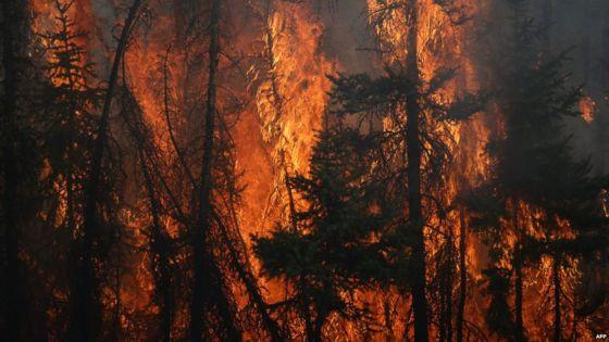 Canadian wildfire disrupts evacuation convoy