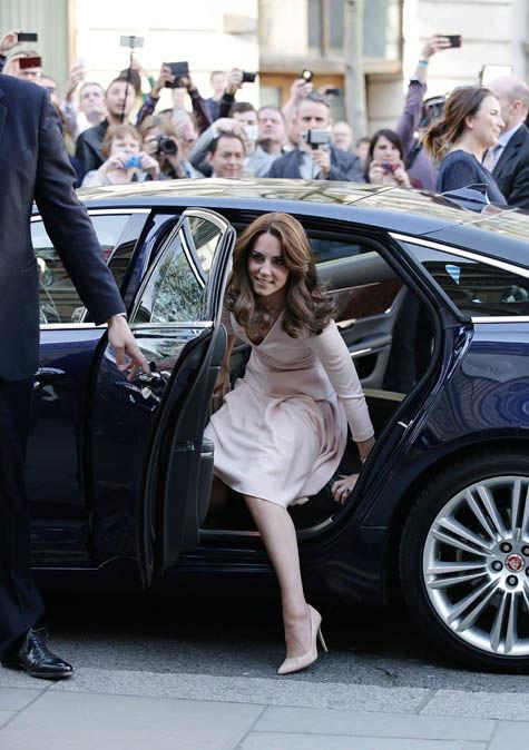 Duchess-getting-out-car-530012