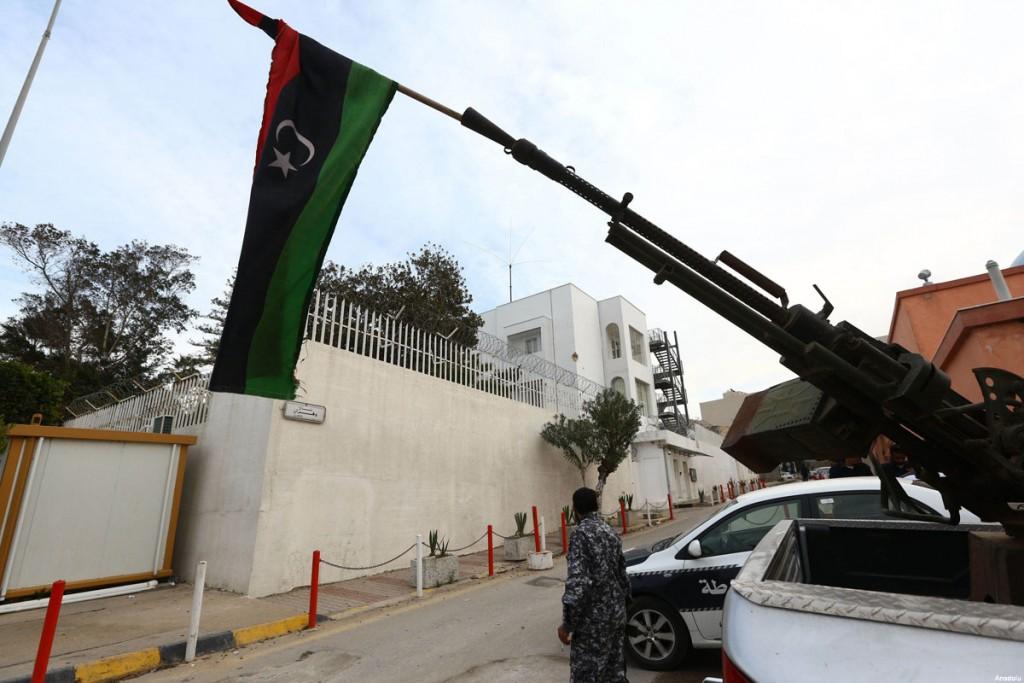 libyan-security-forces-1-gun-and-libyan-flag