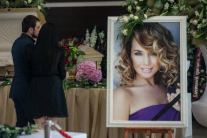 Шокирующие фото с похорон Жанны Фриске в гробу оказались в Сети