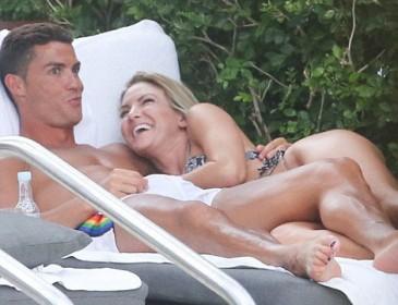 Интимные фото с отдыха Роналду и его новой пассии утекли в Сеть