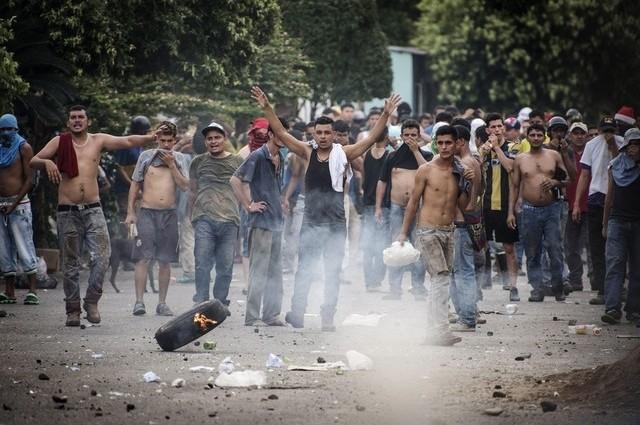 Venezuela delays removing currency bills amid protests