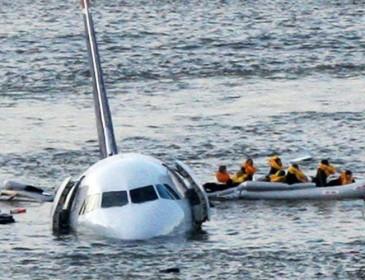 На авиашоу в Австралии самолет упал в реку, есть погибшие (ВИДЕО)