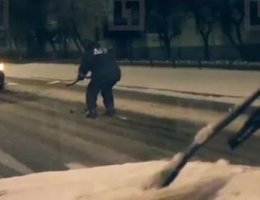 Видеохит: в Питере инспектор ДПС «преследовал» авто на лыжах