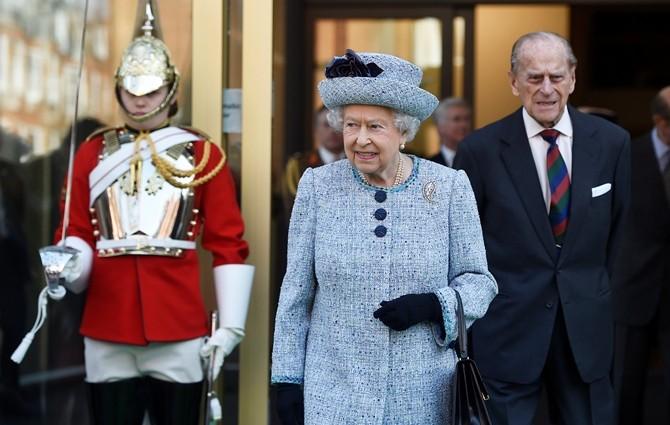 Почему Елизавета II закрылась в резиденции и никого к себе не пускает?