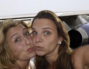 Самолет убил девушек во время селфи-фотосессии