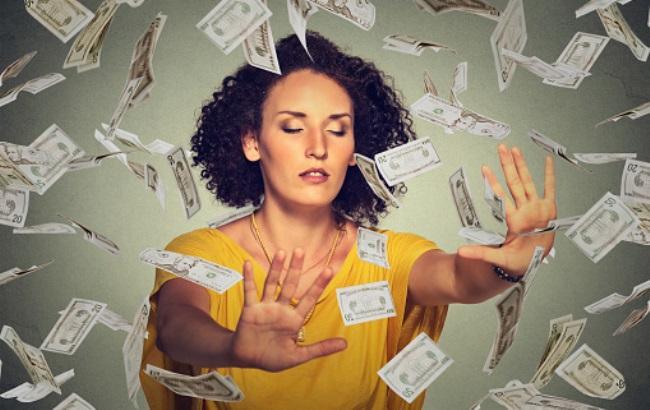 Женщина разбросала на улице более двух тысяч долларов
