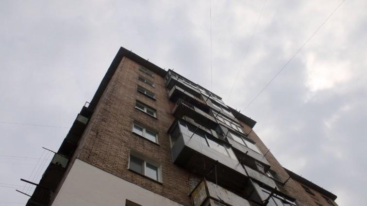 В Питере 16-летняя девушка сорвалась с балкона, на котором ее запер отец