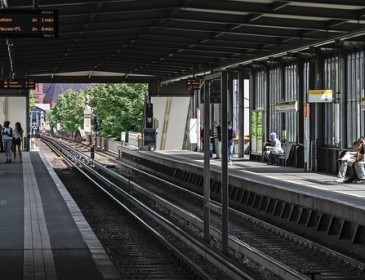 В Берлине автомобиль заехал в метро: шесть человек ранены