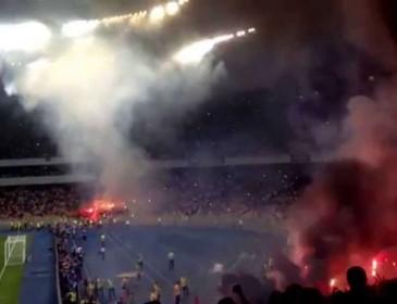 УЖАС! Вы только посмотрите что там происходит! В Аргентине прямо посреди матча фанат начал стрелять по людям!(ФОТО)