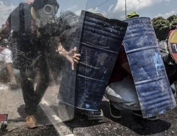 Протестующие в Венесуэле подожгли здание Верховного суда