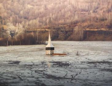 Румынская деревня утонула в токсическом озере: Ужасная причина и уникальные фото!