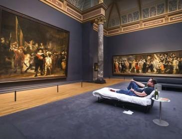 Посетителю музея разрешили переночевать в нем: Как ему это удалось? (Видео)