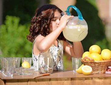 В Лондоне за торговлю лимонадом оштрафовали пятилетнюю девочку