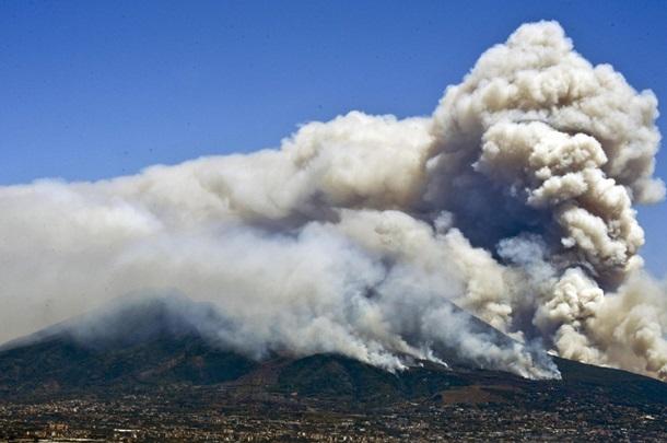 Срочно! В Италии горят склоны вулкана Везувий: началась эвакуация (фото)
