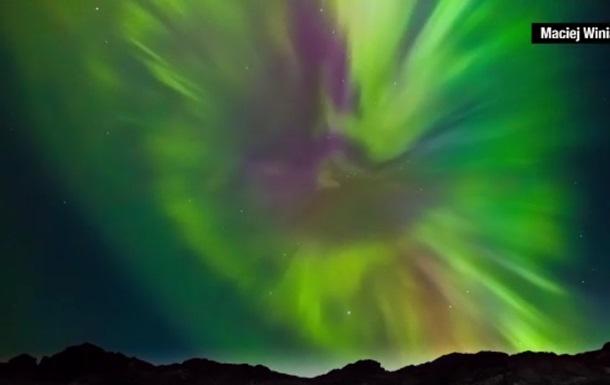 Какая красота! Фотограф снял редкой красоты северное сияние