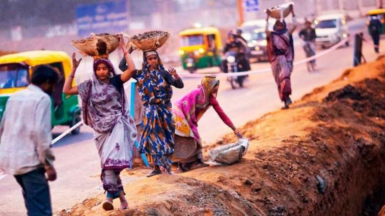 Ужасное зрелище: В Индии телеведущую убило пальмой. Видео не для слабонервных!