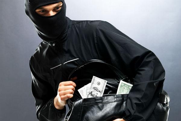 В США грабитель разделся догола и разбрасывал на улице деньги
