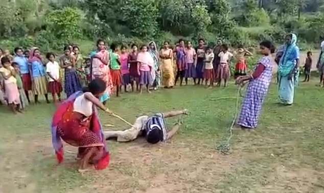 Месть матерей: в Индии женщины связали и избили педофила