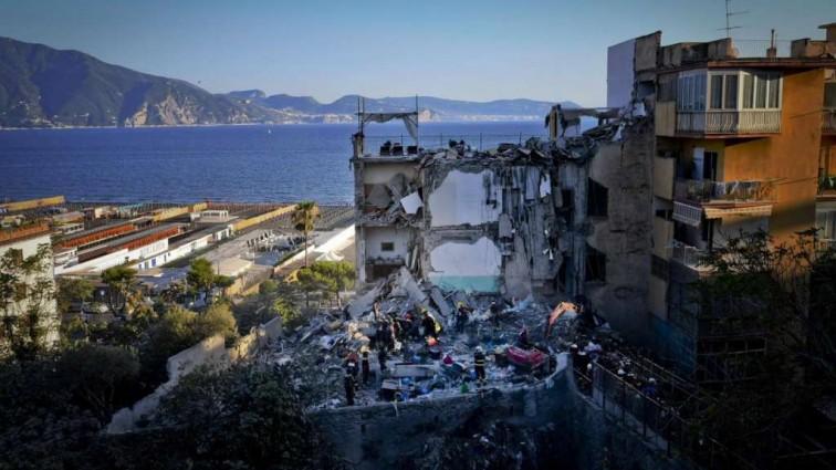 Смертельное обрушение жилого дома: количество жертв растет (фото)