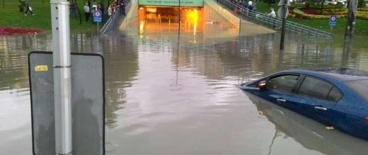 В Стамбуле мощный ливень затопил станции метро, парковки и туннели