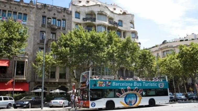 Неизвестные с ножами напали на автобус с туристами в Барселоне