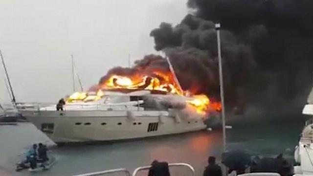 Отдыхающие в Сен-Тропе сняли на видео пожар на роскошной яхте
