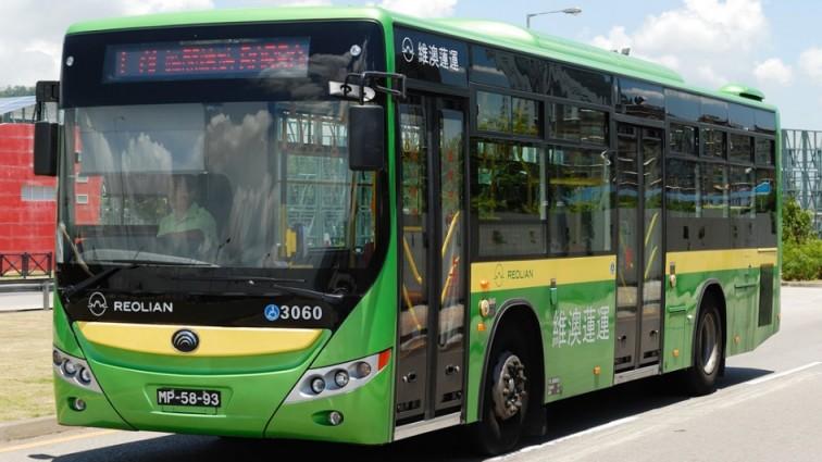 Китайский школьник угнал автобус и почти час катался по городу! (фото)