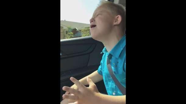 Растрогал до слез: сеть покорил мальчик с синдромом Дауна, перепевший известный хит