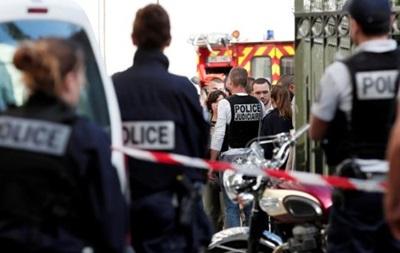 Страшное ДТП! Под Парижем автомобиль врезался в группу военных. Много травмированных