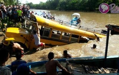 Срочно! Автобус с пассажирами въехал в реку: девять погибших
