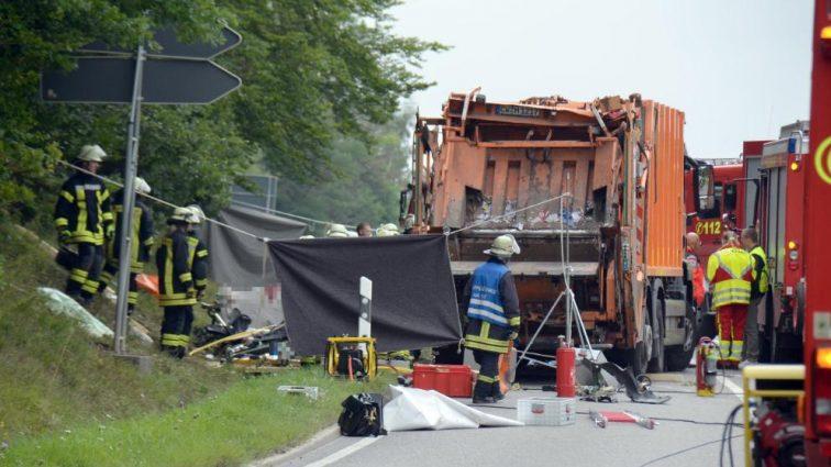 В Германии мусоровоз раздавил легковушку: погибла целая семья! (фото)