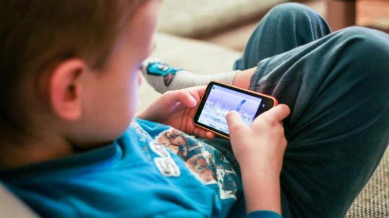 Родителям на заметку: как отучить детей от смартфонов