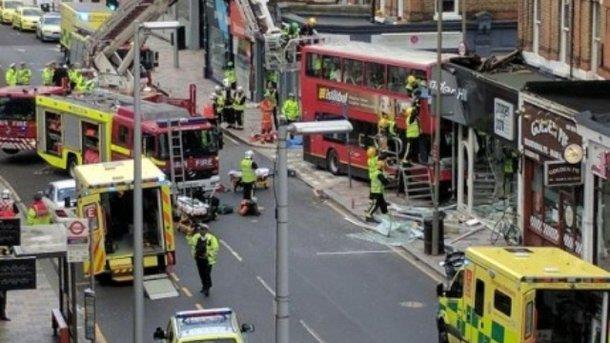 Срочно! В столице двухэтажный автобус врезался в магазин, есть пострадавшие