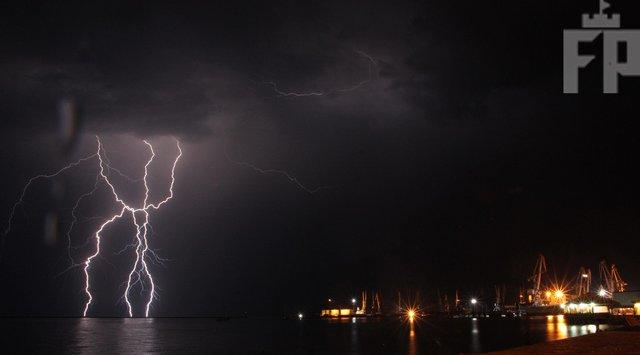 Молнии пронзали ночное небо над Азовским морем: впечатляющие кадры очевидцев