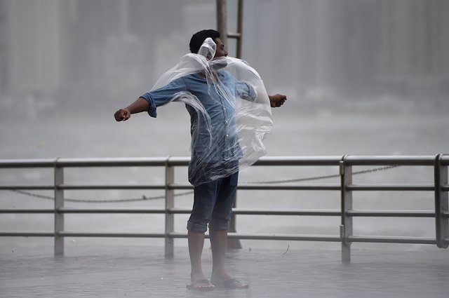 Мощный тайфун ударил по Гонконгу: появились фото