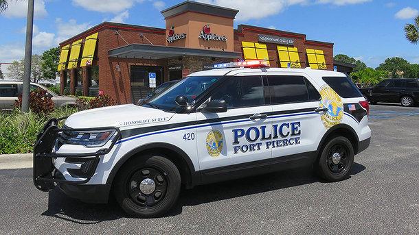 Американец попытался угнать патрульную машину с полицейским внутри