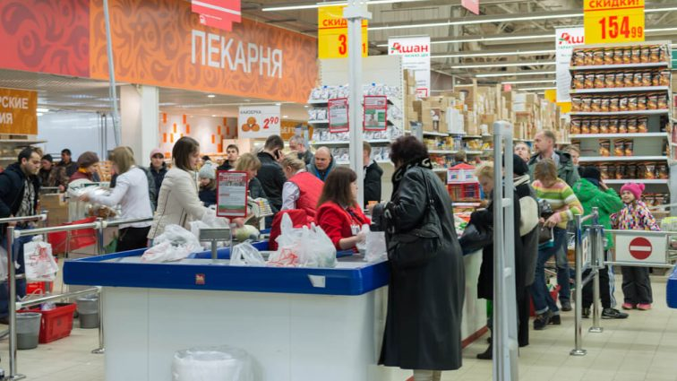 В российском супермаркете сотрудница избила ребенка со скейтбордом